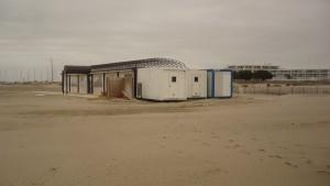 Installation de module de cuisine temporaire sur la plage
